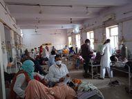 जिला अस्पताल कोरोना वार्ड के हाल बेहाल, लगा रहता है परिजनों का जमघट, कैसे रूकेगा संक्रमण|राजस्थान,Rajasthan - Dainik Bhaskar