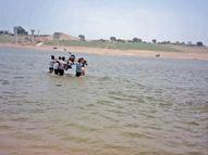 यूपी से आने पर रोक, जान जोखिम में डालकर 50 रुपए में बाइक सहित चंबल नदी करा रहे पार भिंड,Bhind - Dainik Bhaskar
