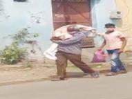 मेरे कंधे पर बेटी की पार्थिव देह थी, पीछे मेरे जानने वाले कोरोना के डर से दूर-दूर चल रहे थे, अफसोस कि मदद न कर वीडियो बना रहे थे|जालंधर,Jalandhar - Dainik Bhaskar