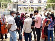 शेखपुरा टाउन हॉल का गेट नहीं खुला, बाहर धूप में खड़े रहे स्वास्थ्य कर्मी व टीका लेने आए लोग|शेखपुरा,Shekhapura - Dainik Bhaskar