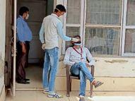 प्रदेश की सीमा के आखिरी गांव कालाअम्ब में कंप्यूटर ऑपरेटर ही कर रहे रेपिड टेस्ट|अम्बाला,Ambala - Dainik Bhaskar