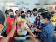 कांग्रेस ने दुकानों से एकत्रित किए बिल ताे भाजपा ने घेरा बिजली कंपनी का कार्यालय|देवास,Dewas - Money Bhaskar