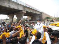 अलवर दौरे पर जाते समय पूर्व डिप्टी CM का कई जगहों पर डीजे बजाकर स्वागत किया, समर्थकों ने जमकर नारेबाजी की|राजस्थान,Rajasthan - Money Bhaskar