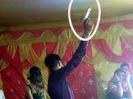 कोरोना गाइडलाइन की उड़ाई जा रही धज्जियां, तिलक समारोह में बार बालाओं का डांस, स्टेज पर पिस्टल से कई राउंड फायरिंग|बिहार,Bihar - Money Bhaskar