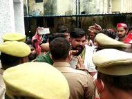 एसपी ऑफिस के अंदर सपाइयों ने जमकर हंगामा काटा; कोरोना गाइडलाइन की उड़ी धज्जियां, पुलिसकर्मियों से धक्कामुक्की, एसपी भी बेबस नजर आये|मेरठ,Meerut - Money Bhaskar