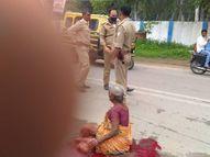 प्रयागराज में बेकाबू ट्रक ने पैदल जा रही महिला को कुचला, 2 घंटे तक कटी टांगों के साथ बैठी रही; पुलिस वाले देखते रहे|प्रयागराज,Prayagraj - Money Bhaskar