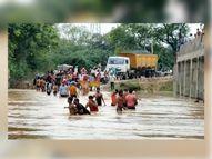 मौ कस्बा से गोहद और लहार का आवागमन ठप, झिलमिल और बरवा नदी के रपटा पुल पर 5 फीट आया पानी, 40 से अधिक गांव का संपर्क टूटा|भिंड,Bhind - Money Bhaskar