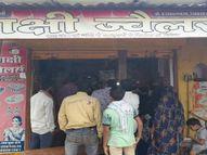 रीवा में पुलिस चौकी के समीप आभूषण की दुकान में डेढ़ लाख की चोरी, 14 इंच मोटी दीवार तोड़कर घुसे चोर, स्कूटी भी ले गए बदमाश रीवा,Rewa - Money Bhaskar