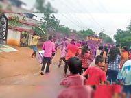 गणेश विसर्जन पर युवक ने लहराई तलवार हुआ विवाद, लोगों ने पांच घंटे तक घेरा थाना महासमुंद,Mahasamund - Money Bhaskar