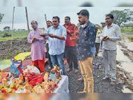 चमन चौराहे पर लोगों ने प्रतिमाएं रखीं, नप ने घर से भी इकट्ठा कर कृत्रिम कुंड में विसर्जित की देपालपुर,Depalpur - Money Bhaskar
