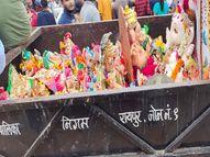 निगम कर्मचारी ट्रक में भरकर लाए और महादेव घाट कुंड में फेंक दी, महापौर के पहुंचने पर नाराज लोगों ने की नारेबाजी रायपुर,Raipur - Money Bhaskar