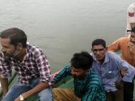वैक्सीनेशन टीम को नर्मदा नदी से मछुआरों की सहायता से बाहर निकाला धार,Dhar - Money Bhaskar