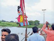 बप्पा काे रिमझिम बारिश के बीच श्रद्धालुओं ने दी विदाई, गूंजा गणपति बप्पा माेरिया देवास,Dewas - Money Bhaskar