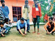 कंचे खेलकर बच्चों के मन से दूर किया पुलिस का डर, ग्रामीणों को जागरूक किया झाबुआ,Jhabua - Money Bhaskar