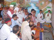 इंदौर में परंपरानुसार पूरे विधि-विधान से किया शस्त्र पूजन, कलाकारों का तिलक लगाकर किया सम्मान इंदौर,Indore - Money Bhaskar