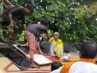 गड्ढों को बचाने के चक्कर में पलटी खाकर गिरी बस, तीन यात्री घायल; बमुश्किल सभी सवारियों को निकाला बाहर|गुना,Guna - Money Bhaskar