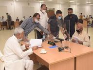 गोपालगंज से जनता दरबार में पहुंचे रिटायर्ड शिक्षक ने CM के सामने रख दी अजीबोगरीब मांग, सुनकर नीतीश कुमार हंसने लगे बिहार,Bihar - Money Bhaskar