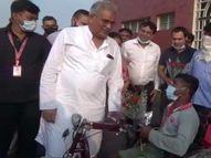दिव्यांग युवक ने कहा- घर की स्थिति खराब, ट्राइसाइकिल मिल जाती तो सहूलियत होती, 2 दिन में मुख्यमंत्री खुद देने पहुंचे बिलासपुर,Bilaspur - Money Bhaskar