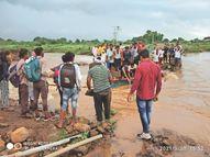 उफनते नाले में खड़े होकर एक हाथ में रस्सा और दूसरे से 80 लोगों को बचाया, खड़की गांव में बारिश के बीच नाले के दूसरी ओर फंसे लोग|खंडवा,Khandwa - Money Bhaskar