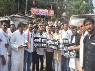 प्रयागराज में जीरो रोड पर हाथों में सरकार विरोधी नारे लिखी तख्तियाें के साथ किया विरोध-प्रदर्शन|प्रयागराज (इलाहाबाद),Prayagraj (Allahabad) - Money Bhaskar