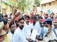 बिना अनुमति के महंगाई के विरोध में सड़क पर उतरे सपाई, तो वाराणसी पुलिस ने ज्ञापन लेकर रास्ते से ही लौटाया|वाराणसी,Varanasi - Money Bhaskar