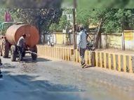 टू-लेन सड़क के गड्ढों से उड़ रही धूल से बचाने रोज 4 हजार के पानी का छिड़काव|आमला,Amla - Money Bhaskar