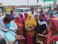कलेक्टर बोले- घर-घर जाएं, पीले चावल देकर लोगों को वैक्सीनेशन के लिए बुलाएं|शिवपुरी,Shivpuri - Money Bhaskar