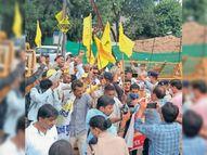 रेल राेकने पहुंचे किसान, साथियाें के इंतजार में डेढ़ घंटे खड़े रहे, फिर नारेबाजी करते हुए घुसे अंदर|देवास,Dewas - Money Bhaskar