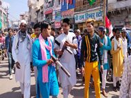 ग्वालियर में सड़कों पर युवाओं ने हैंडमेड नकली बंदूक, रॉकेट लॉन्चर से पटाखे किए फायर, लगा असली गन चला रहे हैं ग्वालियर,Gwalior - Money Bhaskar