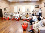 एयरपोर्ट पर नगर अध्यक्ष व अधिकारियों से सामान्य चर्चा कर भोपाल रवाना|इंदौर,Indore - Money Bhaskar