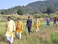 अंबिकापुर में कच्चे रास्ते से होते हुए दलधोआ घाट पहुंचे अमरजीत भगत, ग्रामीणों के बीच चौपाल भी लगाई|रायपुर,Raipur - Money Bhaskar