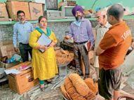 सेहत विभाग ने कई दुकानों से मिठाइयां नष्ट करवाईं दुकानदारों को रंगों का इस्तेमाल न करने की चेतावनी|बटाला,Batala - Money Bhaskar