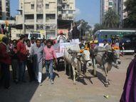 कांग्रेस का अनूठा प्रदर्शन, कहा- CM इस रोड से कार लेकर जाएं, 1 लाख रुपए इनाम देंगे|खंडवा,Khandwa - Money Bhaskar