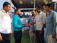 माढ्यातील हॉटेल कर्मचाऱ्याचा प्रामाणिकपणा, हॉटेलमध्ये सापडलेली 50 हजारांची सोन्याची अंगठी केली परत|सोलापूर,Solapur - Divya Marathi