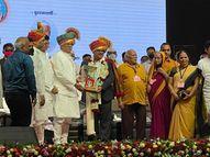 'दिव्य मराठी'चे राज्य संपादक संजय आवटे यांना सहकारमहर्षी भाऊसाहेब थोरात स्मृती पुरस्कार प्रदान|अहमदनगर,Ahmednagar - Divya Marathi