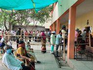 नवीन लसीकरण केंद्रावर पहिल्याच दिवशी गर्दी, आवरण्यासाठी फक्त दोन पोलिस; कोव्हॅक्सीनचा तुटवडा कायम|बीड,Beed - Divya Marathi