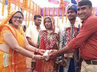 પાલનપુરના ઢેલાણા ગામમાં ચૌધરી દંપતીએ આદિજાતી સમાજની દીકરીનું કન્યાદાન કર્યું વડગામ,Vadgam - Gujarati News