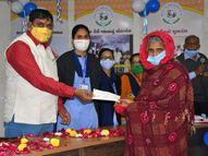 સુરસાગર ડેરીએ 16 મૃતક સભાસદોના વારસદારોને 8.20 લાખની સહાય ચૂકવી|સુરેન્દ્રનગર,Surendranagar - Gujarati News