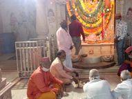 પાટણમાં પ્રથમ વખત શ્રદ્ધાળુઓ વગર પદ્મનાભજીનાં સપ્તરાત્રી મેળાનો પ્રારંભ, ભગવાનની જ્યોત સ્વરૂપે નીકળેલી રવાડીમાં ફક્ત 50 લોકો જોડાયા|પાટણ,Patan - Gujarati News