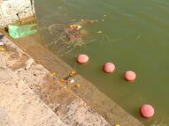 વિધિ માટે આવતા લોકો પવિત્ર સરોવર દૂષિત કરી જાય છે|ભુજ,Bhuj - Gujarati News