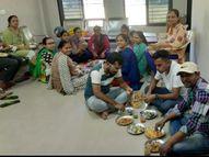 લોકોને ડિસ્ટન્સ રાખવા સલાહ આપતી પાિલકાના વડસર હેલ્થ સેન્ટરમાં કર્મીઓએ ટોળે વળીને પાણીપૂરીની મીજબાની માણી|વડોદરા,Vadodara - Gujarati News