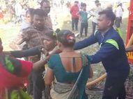 પરબ ગામમાં યાર્નનાં કારખાનામાં આગ, સીડી નાની પડતા ટેન્કર પર સીડી મૂકી 17 કામદારોને બચાવાયા|કામરેજ,Kamrej - Divya Bhaskar