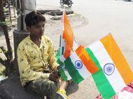 ભારતનું ભાવી ફૂટપાથ પર તિરંગા વેચવા મજબૂર બન્યું|વલસાડ,Valsad - Divya Bhaskar