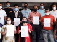 સુરતમાં ખાનગી શાળા દ્વારા સ્કૂલમાં ફી મુદ્દે દબાણ થતાં હોવાના આક્ષેપ, વાલીઓએ DEO કચેરીએ રજૂઆત કરી|સુરત,Surat - Divya Bhaskar