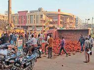 ગઢેચી સર્કલ પાસે ઇટો ભરેલા ટ્રકે પલ્ટી ખાધી|ભાવનગર,Bhavnagar - Divya Bhaskar