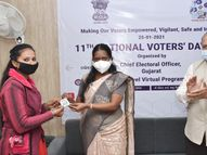 ભુજમાં યુવા અને દિવ્યાંગ મતદારોને બેઝ આપી સન્માનિત કરાયા|ભુજ,Bhuj - Divya Bhaskar