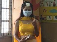 વડોદરાના પાદરામાં લગ્નની પીઠી ચોળવાની વિધિ પહેલા યુવતીએ પરિવાર સાથે મતદાન કર્યું, નાગરિકોને અચૂક મતદાન કરવાની અપીલ કરી|પાલિકા-પંચાયત ચૂંટણી,Municipal Election - Divya Bhaskar