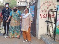 રાજકોટમાં પૌત્ર દાદીને 5 વર્ષે વૃદ્ધાશ્રમમાંથી ઘરે લઈ આવ્યો, લાગણીસભર દ્રશ્યો જોવા મળ્યા|રાજકોટ,Rajkot - Divya Bhaskar