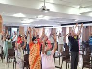 સુરતમાં વેક્સિનેશન સેન્ટર પર લોકોને તણાવમુક્ત રહેવા માટે લાફિંગ થેરાપીનો ઉપયોગ કરાયો|સુરત,Surat - Divya Bhaskar