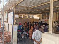 વાંસદા GEBમાં બિલ ભરવા આવેલા ગ્રાહકો સોશિયલ ડિસ્ટન્સ ભૂલી ગયા વાંસદા,Vansda - Divya Bhaskar
